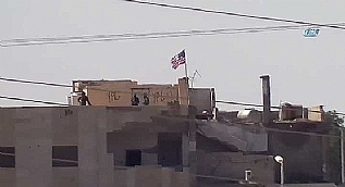 PYD'li ter�ristler ABD bayra�� i�in n�bet tutuyor