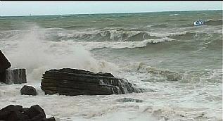 Karadeniz'de f�rt�na nedeniyle dalgalar�n boyu 5 metreye y�kseldi
