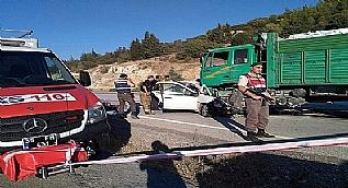 Kaza an� kamerada... Otomobil kamyonun alt�na girdi: 3 �l�