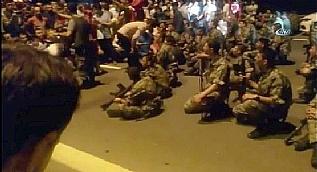 Darbe gecesi vatanda�lar askerleri b�yle ikna etti