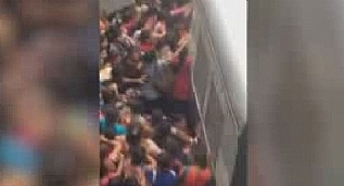 Hindistan�da kad�n yolcular�n trene binme m�cadelesi