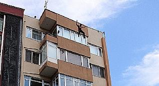 Herkesin g�z� �n�nde 5. kattan atlayan gen� adam '�lmeyi bile beceremedim' diyerek a�lad�