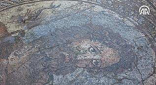 Antik kentte Poseidon tasvirli mozaik