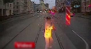 Dikkatsiz kad�n tramvay�n alt�nda can verdi