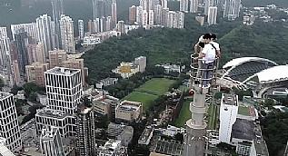 240 metrelik plazaya t�rmand�lar