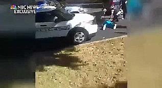 ABD polisi siyahi adam� e�inin g�z� �n�nde �ld�rd�!