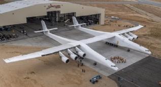 Dünyanın en büyük uçağı Roc görücüye çıktı