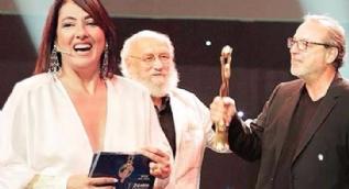 Meltem Cumbul ünlü yönetmenin elini sıkmadı, sırtını döndü!