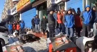 Çinli fırıncı çalışanlarını hayvanlar gibi sokaklarda dolaştırdı