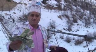 Hakkarili şarkıcı Aydın Aydın dolarları Zap nehrine attı
