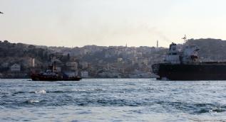 Petrol tankerinin İstanbul Boğazı'nda dümeni kilitlendi