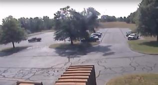 ABD'de ağaca takılan uçak takla attı