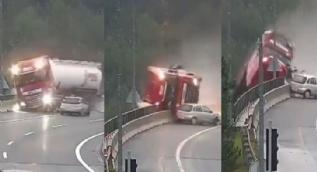 Korkunç kaza kamerada! Virajı alamayan otomobil, tırı köprüden attı