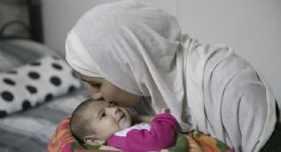 Bombardımanda gözlerini kaybeden anne bebeğinin kokusuyla avunuyor