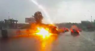 Trafikteki araçların arasına yıldırım düştü