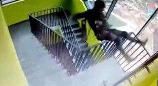 Rusya´da tek elle merdiven tırmanan dağcı aşağı uçtu
