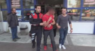 Alkollü ve ehliyetsiz yakalanınca polis arabasının camını kırdı