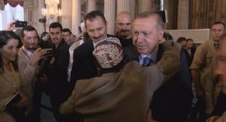 Afrikalı katılımcı, Cumhurbaşkanı Erdoğan'a 'Reis' diye seslenerek sarıldı