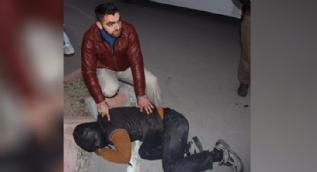 Hırsızı kovaladı, yakaladı, polise böyle teslim etti