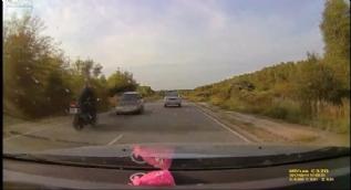 Otomobil ile motosikletin çarpışması kamerada!