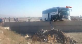 Afyon'da feci kaza! Tur otobüsüyle TIR çarpıştı: 23 yaralı