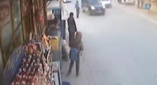 Kaldırımda beklerken ölümden kıl payı kurtulan vatandaşlar kamerada