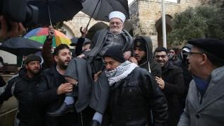 İsrail'in yasağını deldi, Aksa'ya omuzlarda girdi