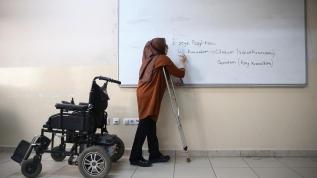 Ailesinin sırtında taşıdığı Zeynep öğretmen öğrencilerine güç veriyor