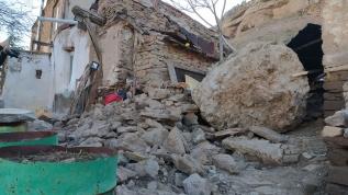 Konya'da evin üzerine düşen kaya parçası hasara yol açtı