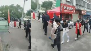 Çin'de insanları iplerle birbirlerine bağlayıp gözlatına alıyorlar