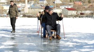 Çıldır Gölü'nde sandalyeli buz kızağı ve kar bisikleti keyfi