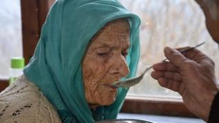 102 yaşındaki annesine gözü gibi bakıyor