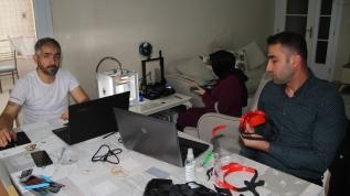 Öğretmenler 3D yazıcılarda yüz koruyucu maske üretiyor