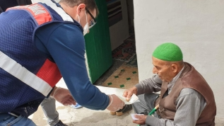 Jandarma ev ev dolaşıp sosyal yardımları ulaştırıyor