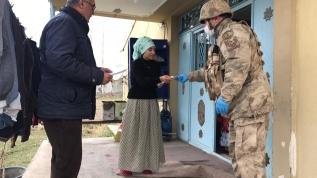 Mehmetçik sosyal yardım paralarını köy köy dolaşarak ulaştırıyor