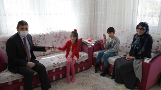 Minik Kübra harçlığını Milli Dayanışma için bağışladı