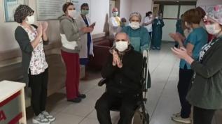Koronavirüsü yenen 2 hasta alkışlarla taburcu edildi