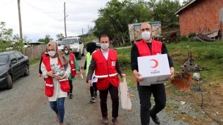 Türk Kızılay gönüllüleri kapı kapı dolaşarak ihtiyaç sahiplerine erzak yardımı ulaştırıyor