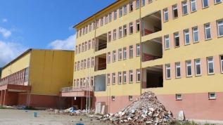 Okul inşaatında dördüncü kattan düşen işçi öldü