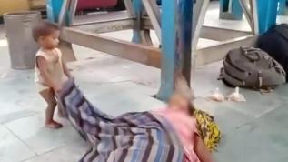 Hindistan'ın göz yumduğu utanç! Açlıktan ölen annesini uyandırmaya çalışan çocuk izleyenleri yasa boğdu