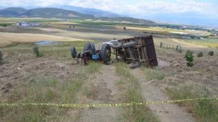 Kum yüklü traktörün altında kalan sürücü hayatını kaybetti