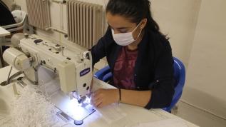 Kadın çiftçiler koronavirüsle mücadele için günde 1000 maske üretiyor