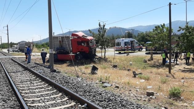 Hemzemin geçitte yük treni tırla çarpıştı, bir kişi hayatını kaybetti