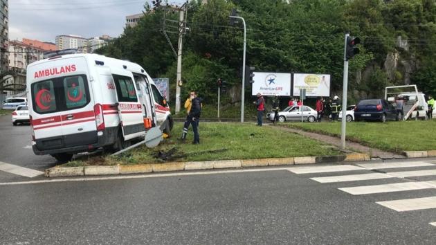 Ambulans ile otomobil çarpıştı, bir kişi hayatını kaybetti