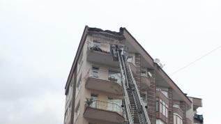 5 katlı binanın çatı katının balkonunda çökme