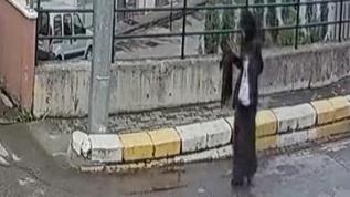 Koronavirüs hastası kadın boynundaki atkıyı hastane girişindeki duvara bıraktı