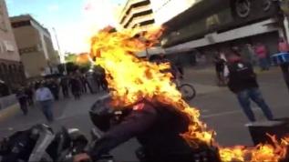 Vahşet! Protestocular polisi ateşe verdi