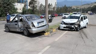 Otomobiller çarpıştı, 2'si çocuk 7 kişi yaralandı