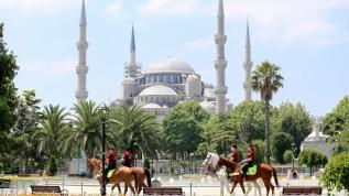 Sultanahmet Meydanı'nda devriye gezen Atlı Birlik yoğun ilgi gördü