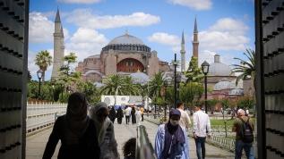 Ayasofya Camisi'ne yerli ve yabancı ziyaretçiler büyük ilgi gösteriyor